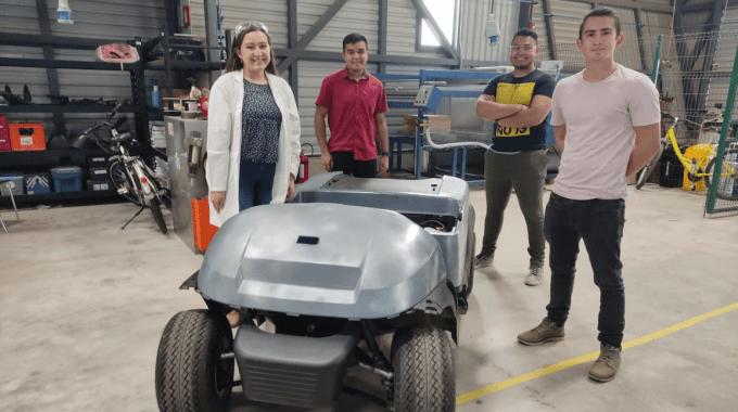 Estudiantes mostrado el vehículo autónomo.
