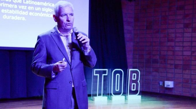 En la fotografía Alberto Padilla expone ante la audiencia.