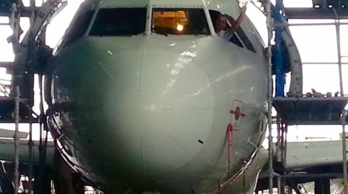 Se ve un avión en mantenimiento.