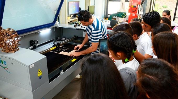niños viendo equipo en producción industrial