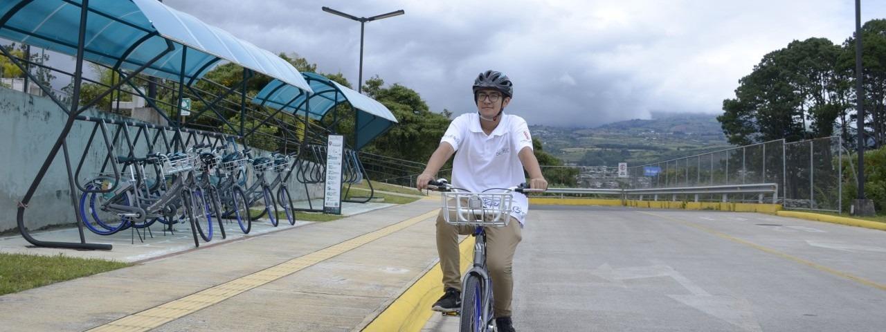 joven-utilizando-bicicleta-bicitec-