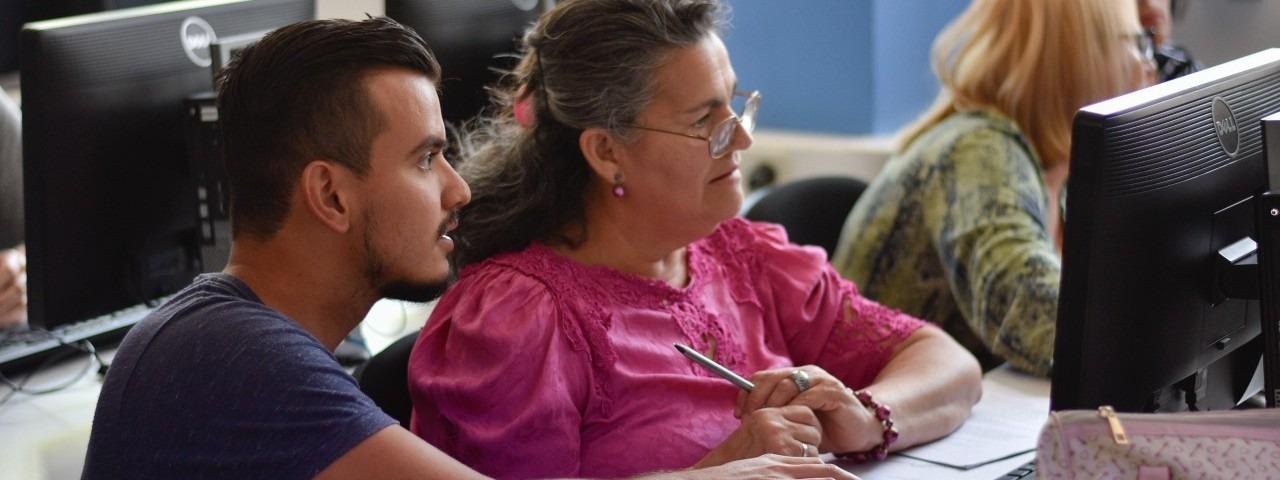 joven y persona adulta mayor en computadora