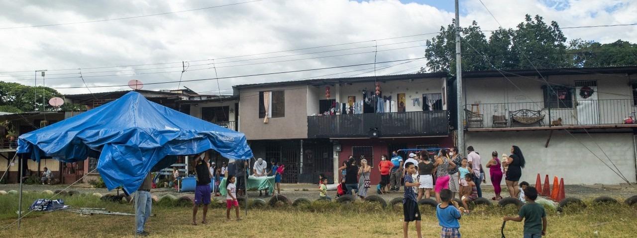 Personas de la comunidad levantan el toldo donde se harán las elecciones, en la plaza de deportes.