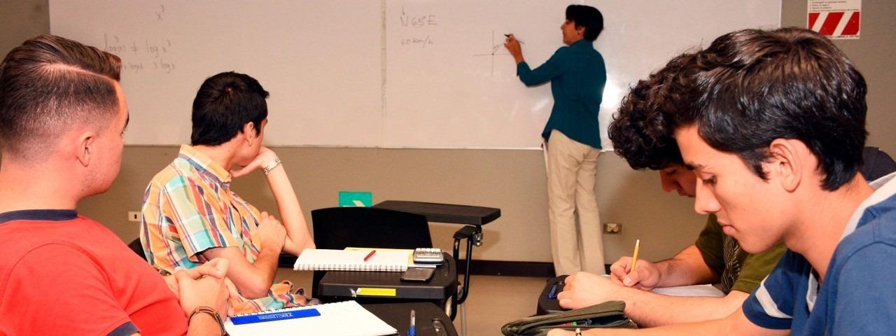 estudiantes en clase de matemática