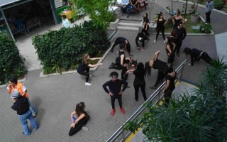 Los estudiantes de segundo nivel del Taller Nacional de Teatro realizaron su calentamiento dentro del Centro Académico de San José del TEC para salir a las calles de Barrio Amón a mostrar algunos ejercicios corporales y vocales. (Foto Fernando Montero)