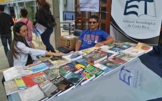 La Editorial Tecnológica se hizo presente para que los asistentes al Festival conocieran algunos de sus títulos. (Foto Fernando Montero)