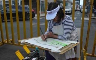 Decenas de artistas se acomodaron en distintas partes de Barrio Amón para capturar en sus trazos la esencia de este bello sector de la capital. (Foto Fernando Montero)