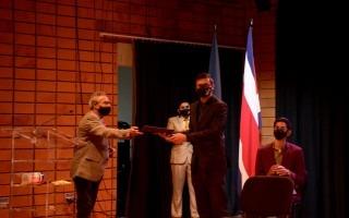 El Máster Francisco Sancho Mora, Presidente del Consejo Nacional de Acreditación le entregó el certificado de acreditación de ATI  alestudianteJosué Arroyo Bolaños, presidente de la Junta Directiva de la Asociación de Estudiantes de ATI (Aseati).