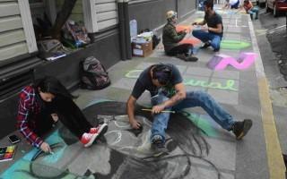Las aceras de Barrio Amón se convirtieron en lienzos para los artistas. (Foto Fernando Montero)