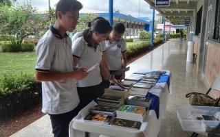 Los colegiales mostraron su interés en adquirir algún libro. (Foto Telka Guzmán)