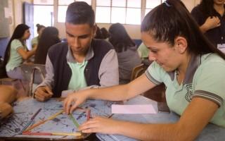 Aprendizaje Cooperativo: busca solventar problemas matemáticos, con el uso de la técnica del rompecabezas. Los estudiantes interactúan cara a cara, y al final hacen un cierre para revisar las soluciones obtenidas. (Foto: Irina Grajales / OCM).