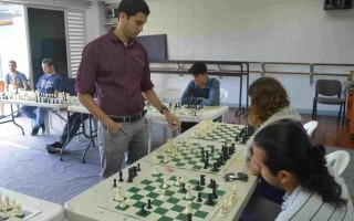 Mario Fernández, maestro nacional de ajedrez y graduado del TEC, fue el rival en común que tuvieron más de una decena de ajedrecistas durante las partidas simultáneas que se realizaron en el Festival Amón Cultural. (Foto Fernando Montero)