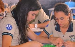 Estación geoplano: el estudiante debe hacer figuras con ligas dependiendo de los retos que se les da. (Foto: Irina Grajales / OCM).