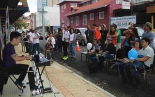 El pianista Ismael Pacheco deleitó a los presentes con complacencias. Él es hijo de un funcionario del Instituto Nacional de Vivienda y Urbanismo (INVU), institución que este año se integró a las actividades de Amón Cultural. (Foto Fernando Montero)