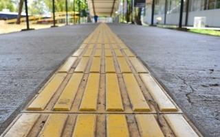 Hoy, los principales pasillos del TEC son recorridos por lozas amarilllas, una herramienta que permite a los no videntes caminar de forma segura. (Foto: Andrés Zúñiga / OCM).
