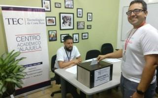 El profesor Eddy Ramírez, primer votante del Centro Académico de Alajuela. (Fotografía cortesía de Ingrid Amador).