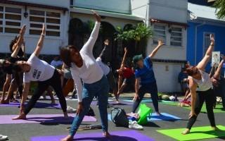El Festival Amón Cultural arrancó con una clase abierta de yoga a cargo de Nilakantha Yoga, actividad organizada por el Instituto Nacional de Vivienda y Urbanismo (INVU). Foto: Fernando Montero / OCM