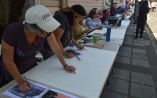 En una mesa de 14 metros de largo se gestó un libro gigante con pinturas de Barrio Amón a cargo de la agrupación Pintal de Costa Rica. Foto: Fernando Montero / OCM.