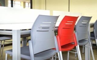 Las sillas y mesas son ergonómicamente adecuadas. Además, tienen ranuras que permiten la circulación del aire a la espalda. (Foto: OCM)