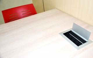 Las nuevas mesas tienen varios tomacorrientes incorporados, en una posición cómoda para que los usuarios puedan conectar sus dispositivos como computadoras portátiles, teléfonos celulares y otras herramientas que necesitan para su estudio. (Foto: OCM)