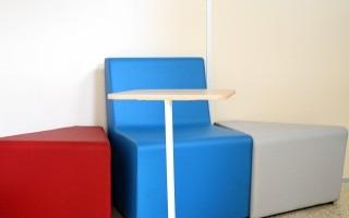 Estos coloridos sillones y mesas movibles son parte de las nuevas herramientas que la Biblioteca del TEC puso a disposición de sus usuarios. (Foto: OCM)