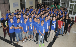 Miembros del jurado (camisa roja), mentores (camisa verde), coordinación y personal de apoyo de logístico (camisa negra), participantes (camisa celeste) y otros colaboradores compartieron durante todo el fin de semana en el International Space Apps Challenge. (Foto OCM).