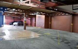 El estacionamiento se ubica en el costado este del inmueble.