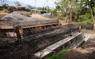Construcción del puente para vehículos, ciclistas y peatones (Foto: Ruth Garita / OCM).