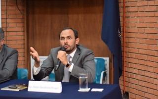 Pablo Barahona, exembajador de Costa Rica ante la OEA, explica a los jóvenes lo que se vive en Venezuela. (Foto: Andrés Zúñiga / OCM).