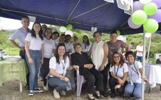 La candidata Ana Rosa Ruiz junto a su equipo de trabajo y familia.