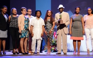 Familiares y amigos del señor Walter Ferguson acudieron a la premiación para recibir el reconocimiento.