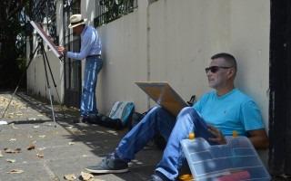 Ricardo Jiménez y Johnny Arroyo, de Pintores al Aire Libre (Pintal), se colocaron frente al Centro de Producción Cinematográfica para captar en sus lienzos la esencia de su arquitectura (Foto: Fernando Montero)