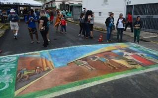Un gran billete de 5 colones embelleció la avenida 11 (Foto: Fernando Montero)