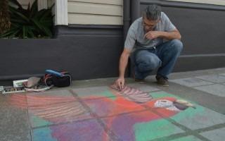 Jorge Duarte, del grupo Madonari, dejó su arte plasmado en una acera de la avenida 11 (Foto: Fernando Montero)