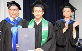 El estudiante Daniel Solís recibe su título acompañado por rector Julio César Calvo y la vicerrectora de Vida Estudiantil y Servicios Académicos Claudia Madrizova. Foto: Andrés Zúñiga/OCM
