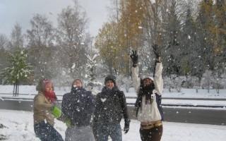 Estudiantes del TEC celebrando su primera nevada. (Foto: Cortesía de la Dirección de Cooperación)