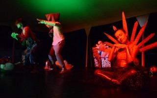 La obra presentada incluyó momentos de actuación, música y baile.