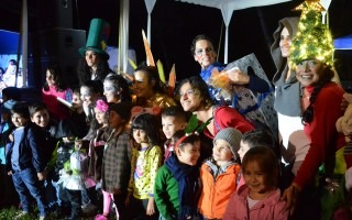 Los niños compartieron con los actores y actrices de la obra navideña presentada en el evento.