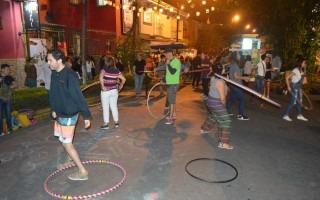 El hula-hula se apoderó de la avenida 11 y recordó la época en que los niños de Barrio Amón salían a jugar a las calles. Foto: Fernando Montero / OCM.