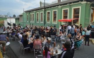 La calle 5, al costado oeste de la Alianza Francesa, se convirtió en una cafetería al aire libre con repostería típica de Francia y Bélgica. Foto: Fernando Montero / OCM.