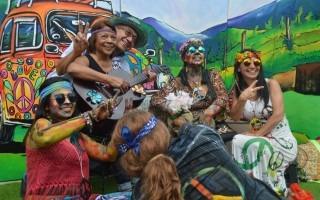 """""""Hippie time"""" fue una estación obligatoria de los asistentes al Festival para viajar en el tiempo y llevarse un recuerdo en sus teléfonos celulares. Foto: Fernando Montero / OCM."""