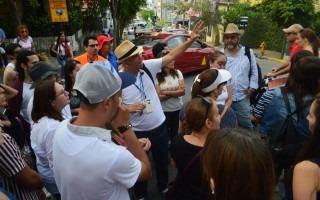 El arquitecto e historiador Andrés Fernández (con la mano alzada) explica los detalles de la casa que hoy ocupa el Hotel Hemingway en el límite entre los barrios Amón y Otoya. Foto: Fernando Montero / OCM.