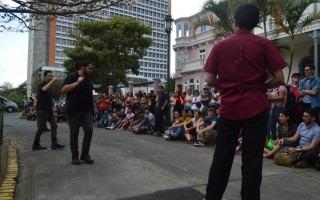 El grupo Interruptor de improvisación teatral tuvo como escenario la calle frente al Centro Nacional de Producción Cinematográfica, en Barrio Otoya. Foto: Fernando Montero / OCM.