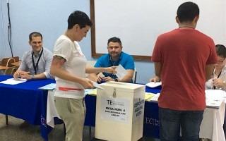 Shi Alarcon, primer votante de la Sede regional San Carlos (Fotografía Telka Guzmán/OCM).