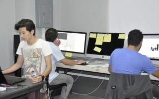 Los miembros de cada equipo se concentraron durante ocho horas diarias en aulas equipadas con computadoras en la Sede Interuniversitaria de Alajuela.