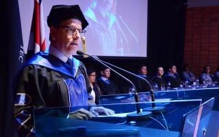 El doctor Julio César Calvo, rector del TEC, felicitó a los estudiantes por su graduación y los instó a convertirse en personas al servicio del país.