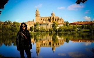 Estudiante del TEC frente al Río Tormes. Universidad de Salamanca (Fotografía: Cortesía de la Dirección de Cooperación).