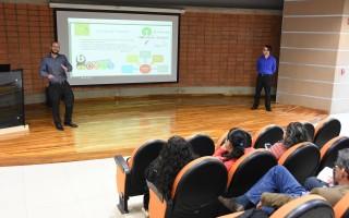 """Los ingenieros Ronald Brenes y José Pablo Carvajal tuvieron la oportunidad de compartir su ponencia relacionada con la adopción de productos """"open source""""."""
