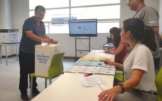 Ricardo Ávila, de la Unidad de Cultura y Deporte fue el primer votante del Centro Académico de San José. (Fotografía: Enmanuel Salazar).
