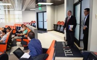 Visita al auditorio del nuevo edificio de aulas. (Foto: Ruth Garita / OCM).